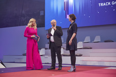 Moderatorin Barbara Schöneberger, Lutz Kukuck (Radiozentrale), Britta Poetzsch (Jurypräsidentin, Track)